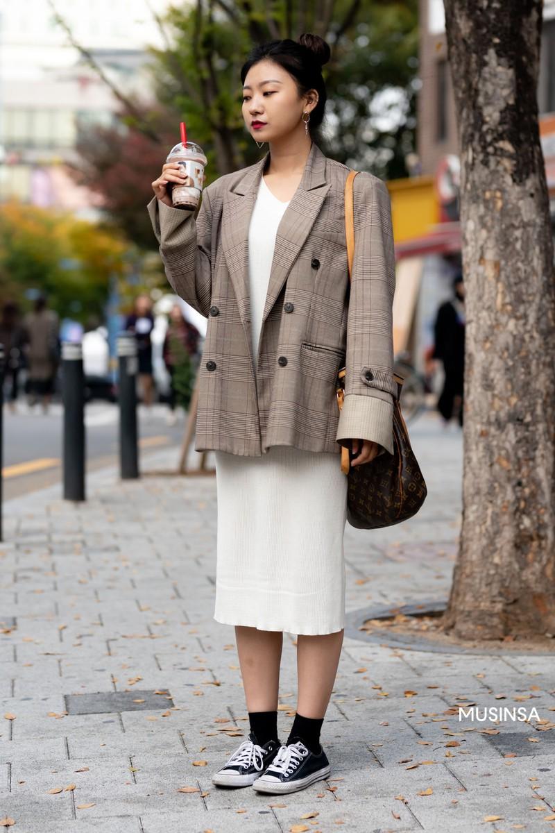 Street style không áo dạ, áo phao của giới trẻ Hàn tuần qua chính là gợi ý mix đồ tuyệt vời cho mùa đông không lạnh tại Hà Nội lúc này - Ảnh 7.