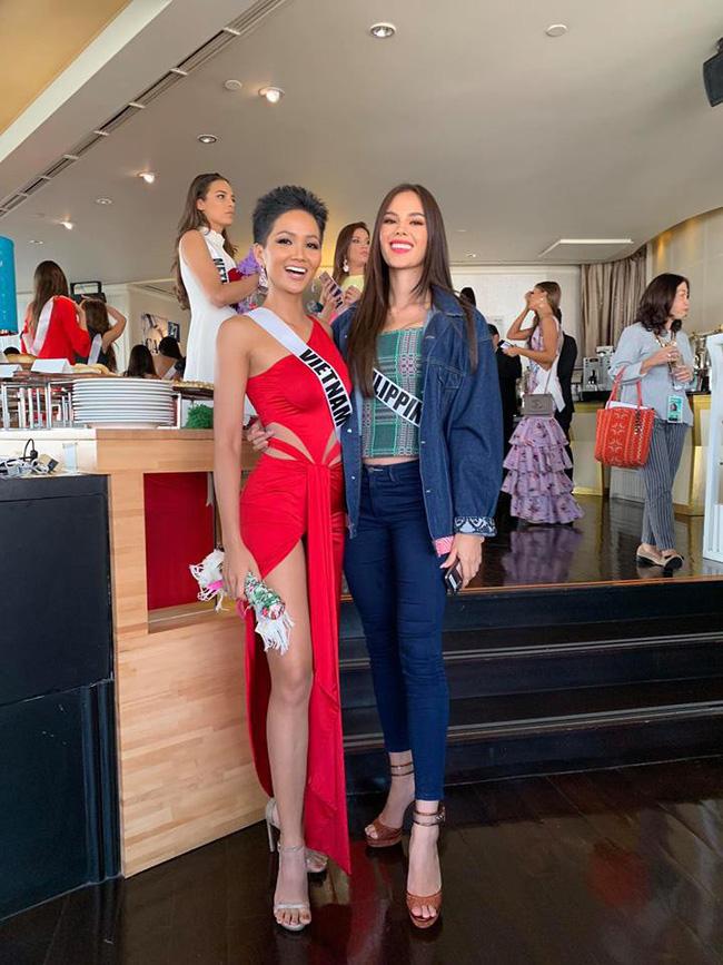 Đứng cạnh nữ thần người Philippines - ứng viên số 1 cho vương miện Miss Universe 2018, HHen Niê vẫn hút mọi ánh nhìn - Ảnh 3.