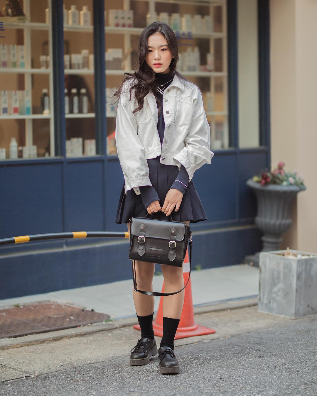 Street style không áo dạ, áo phao của giới trẻ Hàn tuần qua chính là gợi ý mix đồ tuyệt vời cho mùa đông không lạnh tại Hà Nội lúc này - Ảnh 4.