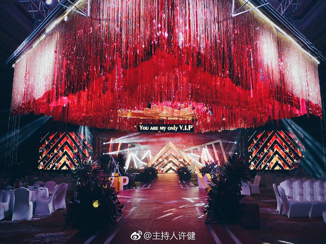 Khi cô dâu và chú rể đều là fan Big Bang: Sân khấu ngập tràn sắc đỏ, hoa cưới cũng chính là lightstick - Ảnh 1.