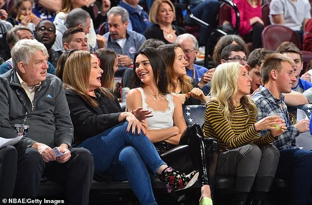 Kendall Jenner vẫn tươi tắn đến xem bạn trai chơi bóng rổ dù bị gần 10.000 người đòi cấm cửa - Ảnh 4.