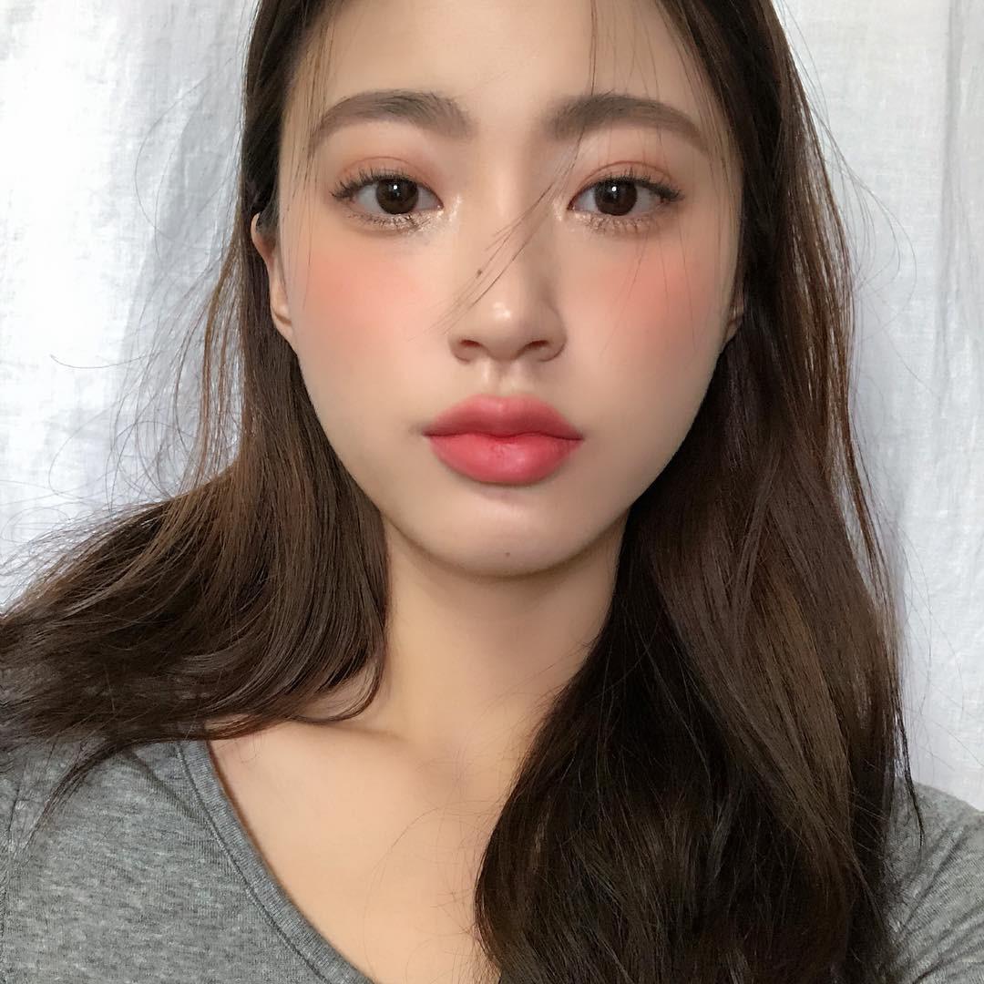Má hồng nước trái cây: kiểu makeup Hàn Quốc biến khuôn mặt mệt mỏi trở nên xinh xẻo nhìn chỉ muốn cắn bạn nên biết ngay lúc này - Ảnh 6.