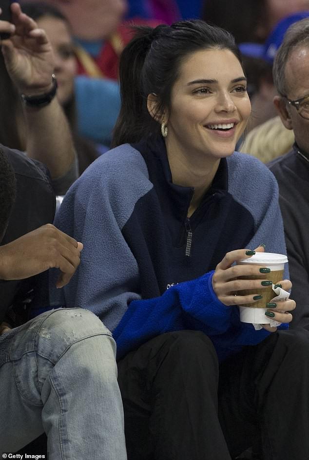 Kendall Jenner vẫn tươi tắn đến xem bạn trai chơi bóng rổ dù bị gần 10.000 người đòi cấm cửa - Ảnh 1.