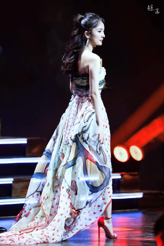 Diện váy mỏng tang và ép ngực tại sự kiện, Dương Mịch hoàn toàn chiếm sóng mạng xã hội xứ Trung - Ảnh 14.