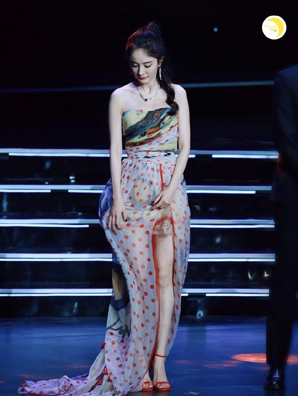 Diện váy mỏng tang và ép ngực tại sự kiện, Dương Mịch hoàn toàn chiếm sóng mạng xã hội xứ Trung - Ảnh 15.