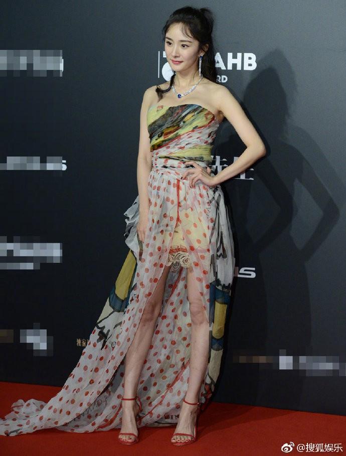 Diện váy mỏng tang và ép ngực tại sự kiện, Dương Mịch hoàn toàn chiếm sóng mạng xã hội xứ Trung - Ảnh 12.