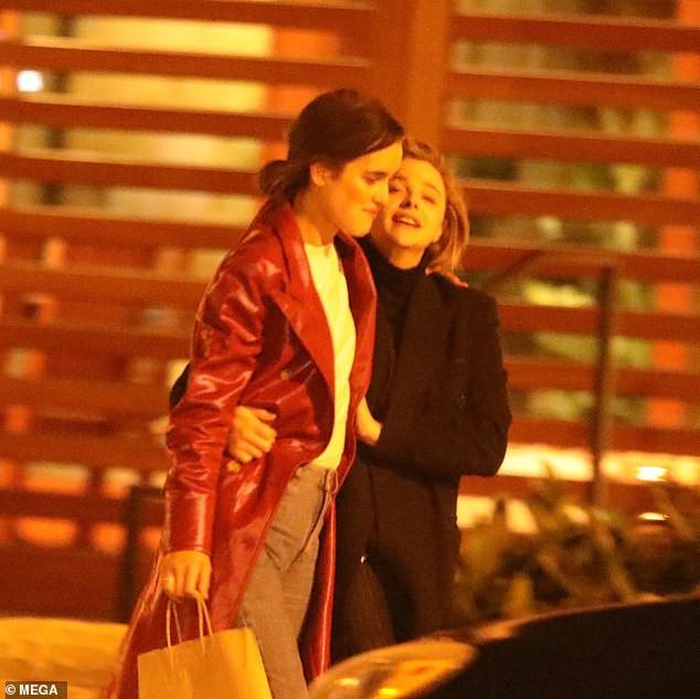 Hậu chia tay Brooklyn Beckham, Chloe Moretz hôn đồng giới với người mẫu nữ của tạp chí Playboy - Ảnh 5.