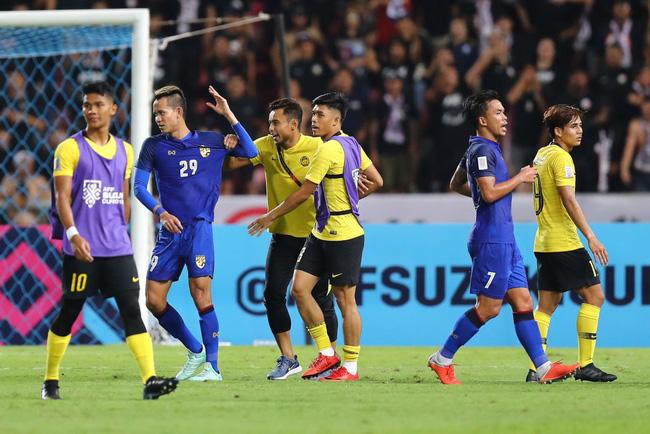 Hành động cực ngầu, tỉnh táo và quân tử của thủ môn Thái Lan trước màn trêu chọc thô thiển của cầu thủ Malaysia ngay trên sân - Ảnh 4.