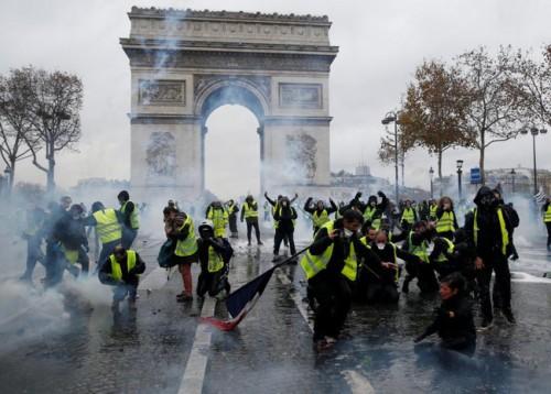 Pháp chính thức hủy tăng thuế nhiên liệu sau cuộc biểu tình lớn nhất trong vòng 50 năm - Ảnh 1.