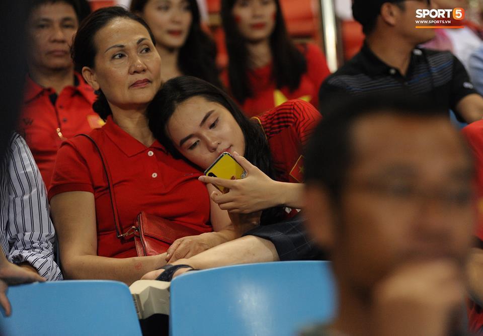Vợ HLV Park Hang-seo, người yêu cầu thủ Duy Mạnh, Văn Đức nổi bật trên khán đài trận bán kết kịch tính - Ảnh 5.