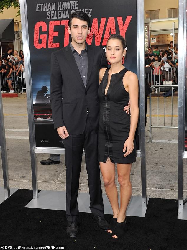 Hậu chia tay Brooklyn Beckham, Chloe Moretz hôn đồng giới với người mẫu nữ của tạp chí Playboy - Ảnh 7.