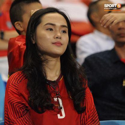Vợ HLV Park Hang-seo, người yêu cầu thủ Duy Mạnh, Văn Đức nổi bật trên khán đài trận bán kết kịch tính - Ảnh 4.