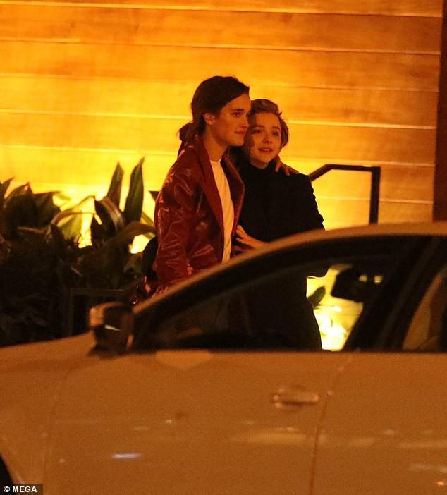 Hậu chia tay Brooklyn Beckham, Chloe Moretz hôn đồng giới với người mẫu nữ của tạp chí Playboy - Ảnh 4.