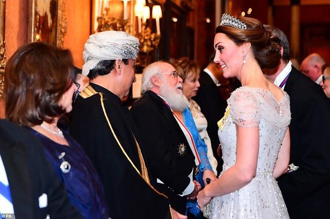 Trong khi em dâu Meghan ủ rũ, kém sắc, Công nương Kate lại tỏa sáng, xinh đẹp hết phần người khác như thế này đây - Ảnh 3.