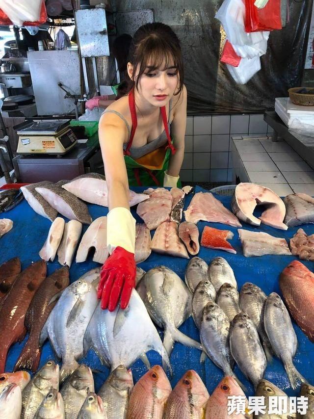 Ra chợ phụ mẹ bán hàng, cô gái xinh đẹp bỗng trở thành hiện tượng MXH với danh hiệu hotgirl mổ cá - Ảnh 3.