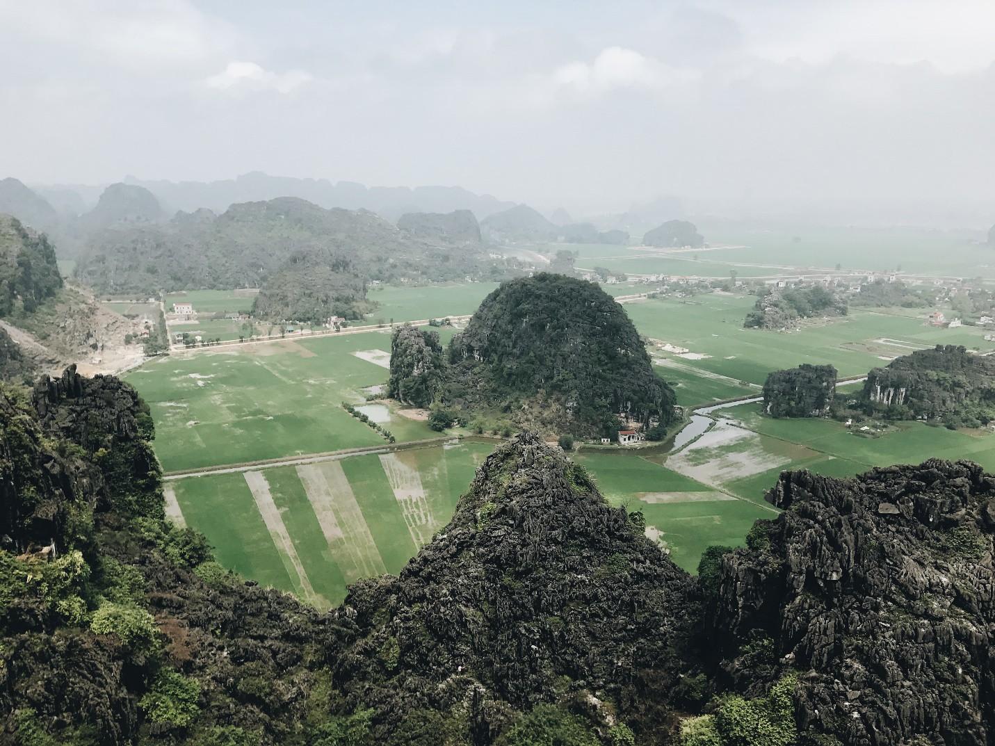 Tọa độ check-in hot nhất ở Ninh Bình: Hùng vĩ và ảo diệu không thua gì cảnh phim cổ trang - Ảnh 1.