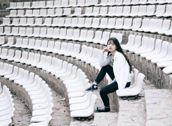 Khu vực khán đài với hàng nghìn chiếc ghế trắng bạc được xếp san sát nhau theo hình vòng cung đã tạo ra khung cảnh