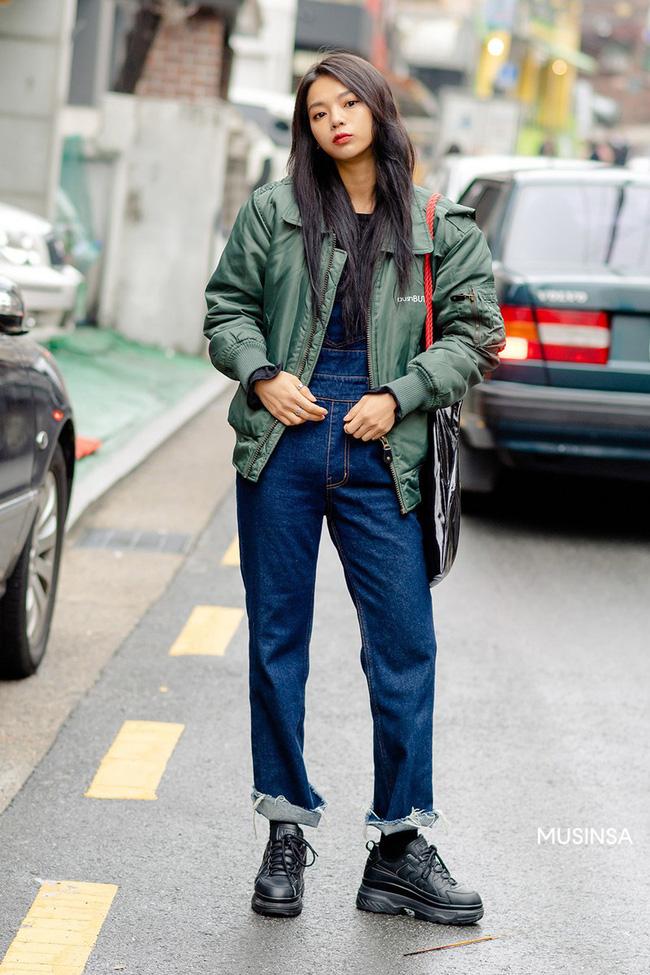 Street style giới trẻ Hàn mang đến kho bí kíp mặc nhồi mà vẫn trendy hết nấc ngày mưa rét, nhất là loạt công thức với áo phao - Ảnh 1.