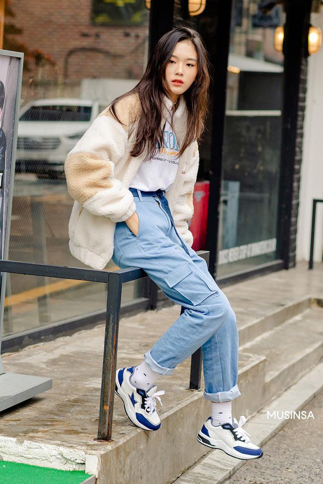 Street style giới trẻ Hàn mang đến kho bí kíp mặc nhồi mà vẫn trendy hết nấc ngày mưa rét, nhất là loạt công thức với áo phao - Ảnh 2.