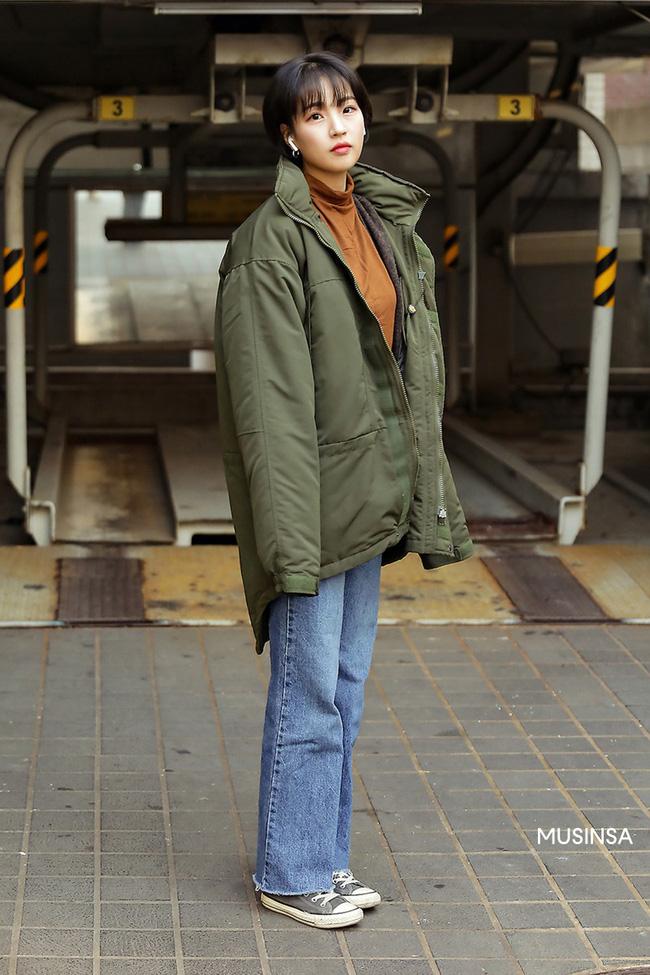 Street style giới trẻ Hàn mang đến kho bí kíp mặc nhồi mà vẫn trendy hết nấc ngày mưa rét, nhất là loạt công thức với áo phao - Ảnh 4.