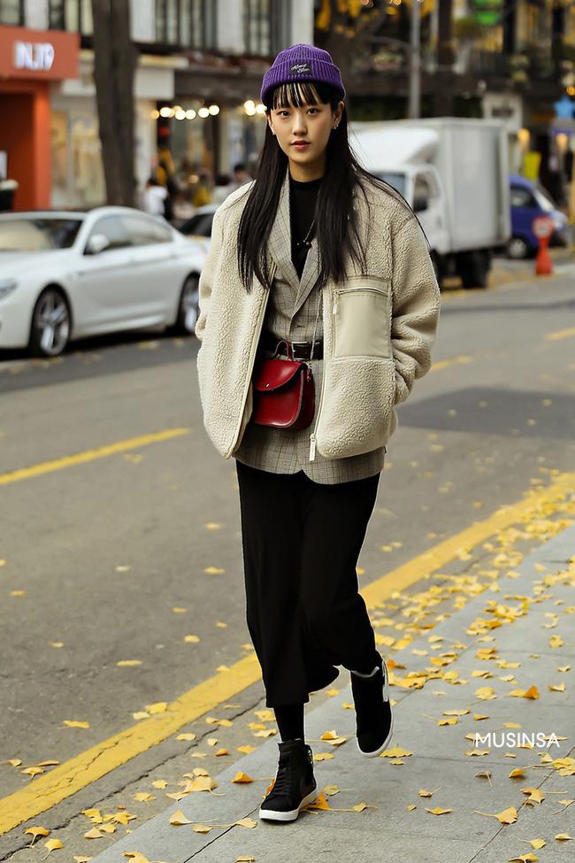 Street style giới trẻ Hàn mang đến kho bí kíp mặc nhồi mà vẫn trendy hết nấc ngày mưa rét, nhất là loạt công thức với áo phao - Ảnh 7.