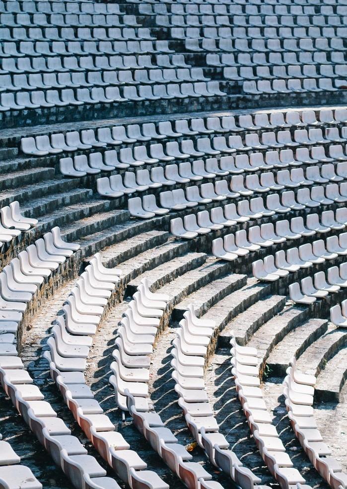 Dãy ghế trắng từng là địa điểm check-in được rất nhiều bạn trẻ yêu thích - Ảnh: Internet