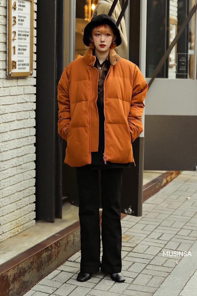 Street style giới trẻ Hàn mang đến kho bí kíp mặc nhồi mà vẫn trendy hết nấc ngày mưa rét, nhất là loạt công thức với áo phao - Ảnh 5.