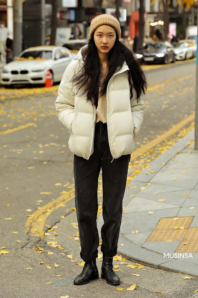 Street style giới trẻ Hàn mang đến kho bí kíp mặc nhồi mà vẫn trendy hết nấc ngày mưa rét, nhất là loạt công thức với áo phao - Ảnh 6.