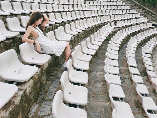 Những chiếc ghế trắng bạc đượm màu thời gian giờ chỉ còn lại trong ký ức - Ảnh: Internet