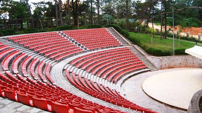Hàng ghế trắng đã được sơn lại màu đỏ
