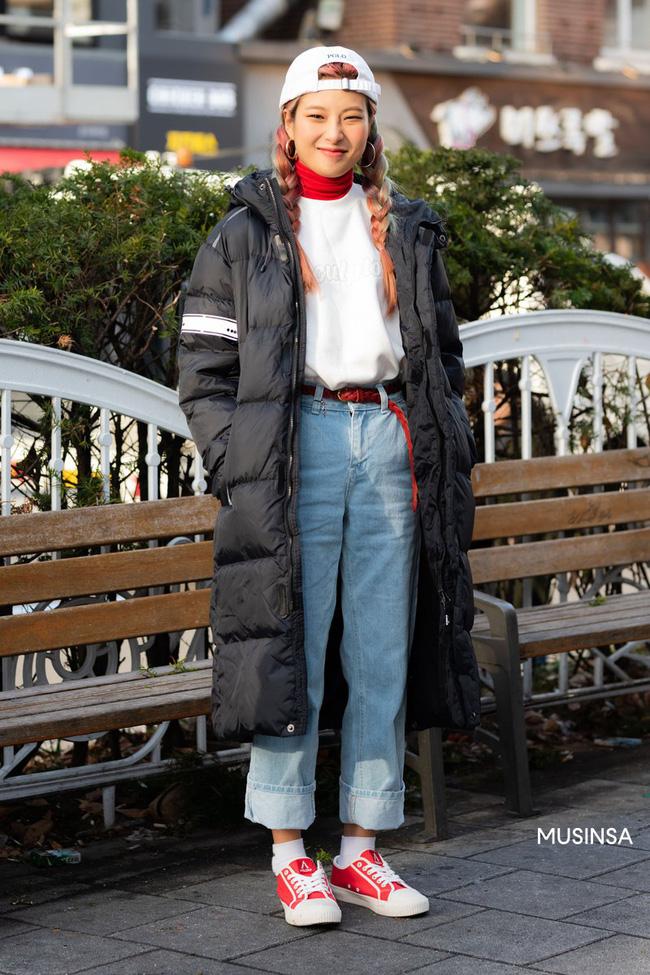 Street style giới trẻ Hàn mang đến kho bí kíp mặc nhồi mà vẫn trendy hết nấc ngày mưa rét, nhất là loạt công thức với áo phao - Ảnh 3.
