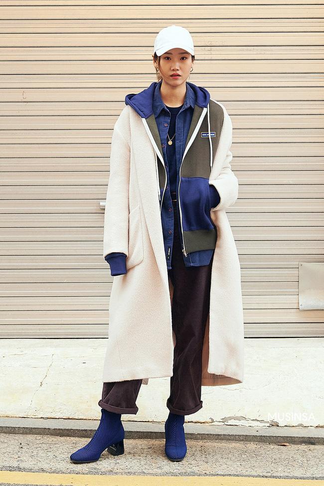 Street style giới trẻ Hàn mang đến kho bí kíp mặc nhồi mà vẫn trendy hết nấc ngày mưa rét, nhất là loạt công thức với áo phao - Ảnh 9.