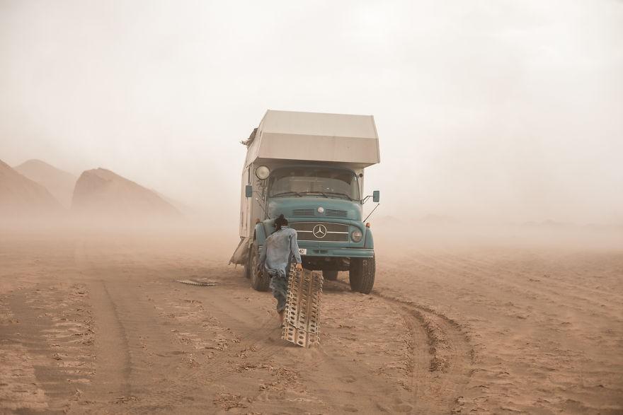 Bỏ lại cuộc sống bận rộn, gia đình 3 người lái xe tải đi khắp thế gian và cho ra những bức ảnh đẹp rụng rời - Ảnh 8.
