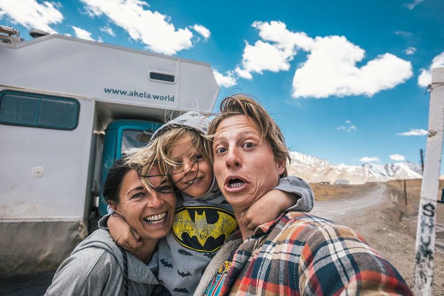 Bỏ lại cuộc sống bận rộn, gia đình 3 người lái xe tải đi khắp thế gian và cho ra những bức ảnh đẹp rụng rời - Ảnh 16.