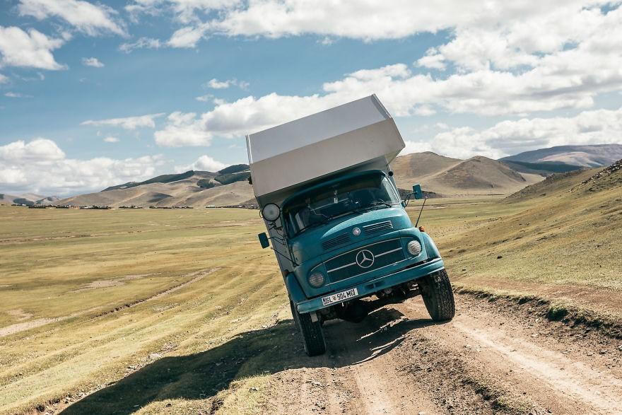 Bỏ lại cuộc sống bận rộn, gia đình 3 người lái xe tải đi khắp thế gian và cho ra những bức ảnh đẹp rụng rời - Ảnh 25.