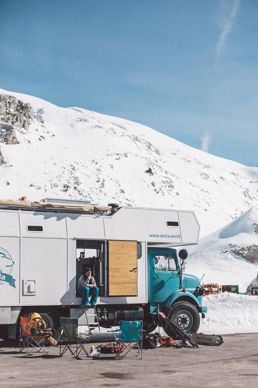 Bỏ lại cuộc sống bận rộn, gia đình 3 người lái xe tải đi khắp thế gian và cho ra những bức ảnh đẹp rụng rời - Ảnh 4.