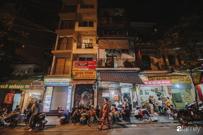 Hàng Hòm: Con phố dài 120m cứ chiều đến lại lột xác thành phố phở gà nức tiếng của Hà Nội - Ảnh 1.