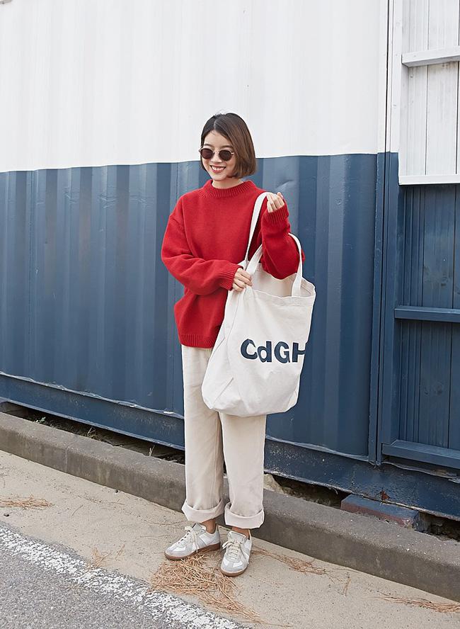 Với các tín đồ thời trang, còn cách nào tuyệt hơn để cổ vũ tuyển Việt Nam ngoài 10 công thức mix đồ siêu trendy với màu đỏ này - Ảnh 2.