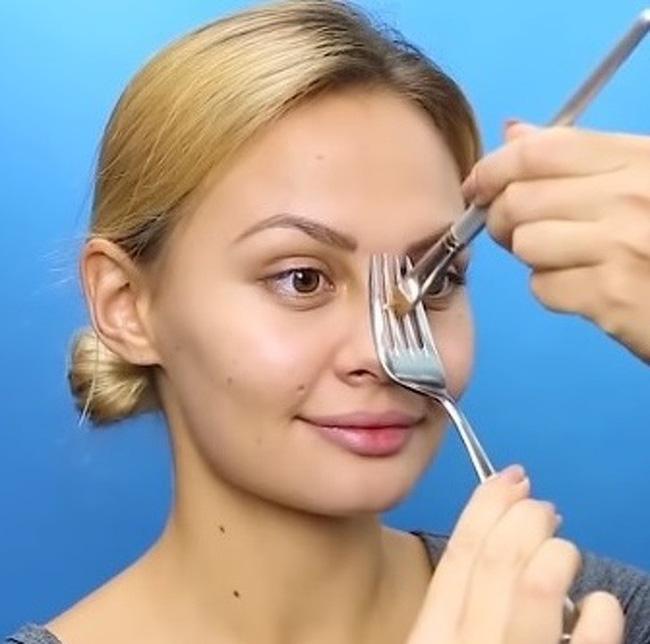 1. Để dĩa áp lên mũi và lấy cọ đánh dọc đường phấn xuống như hình vẽ. Sau đó tán đều phấn để mũi cao, nhỏ và nhìn thẳng hơn.