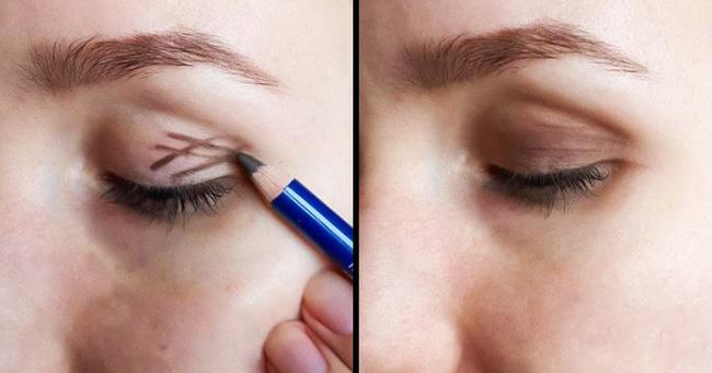 2. Dùng chì kẻ mắt vẽ các đường chéo ở mí mắt rồi tán đều màu ra, như vậy, mắt bạn sẽ nhìn sâu hơn.