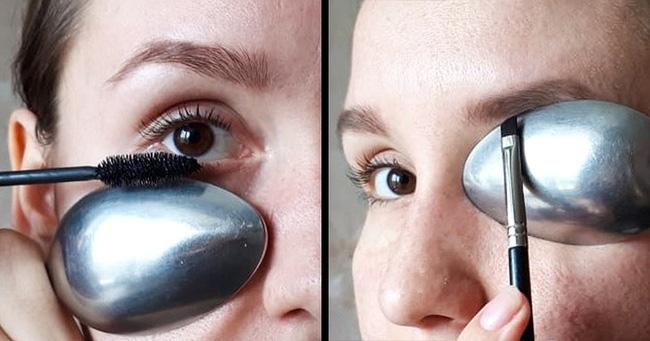 3. Để muỗng dưới chổi mascara sẽ giúp mascara không bị lem ra da khi <a href=