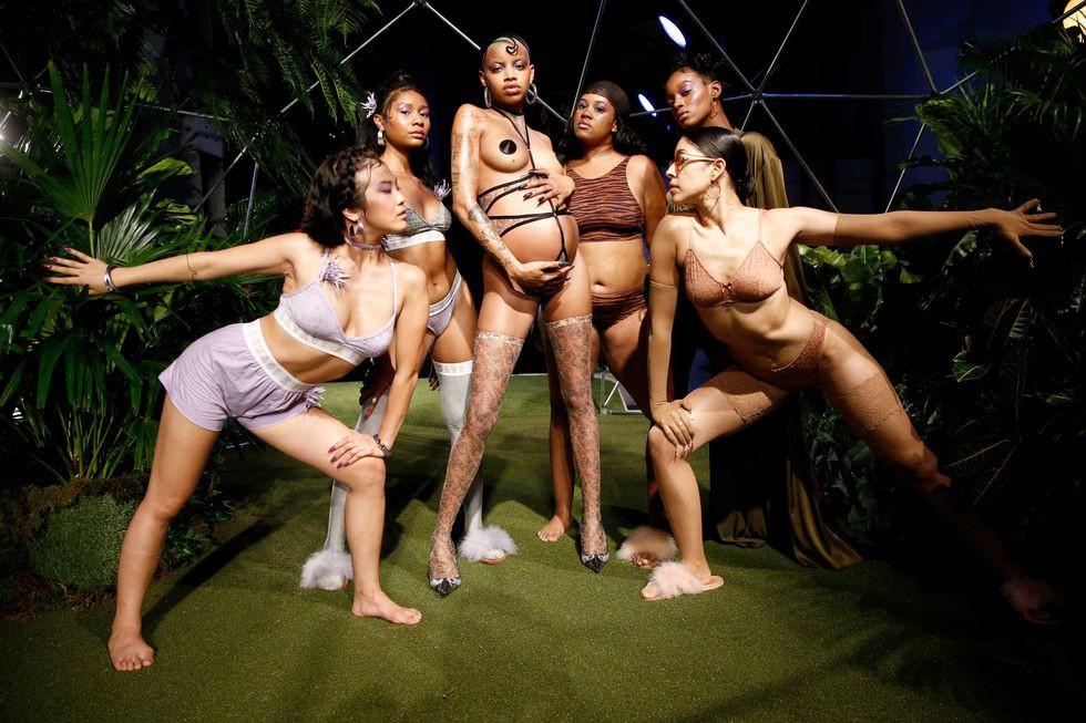 10 sự kiện thời trang đáng nhớ nhất 2018: từ thảm đỏ Quả Cầu Vàng nhuốm sắc đen đến show diễn nội y có cả người mẫu chuẩn bị chuyển dạ của Rihanna - Ảnh 6.