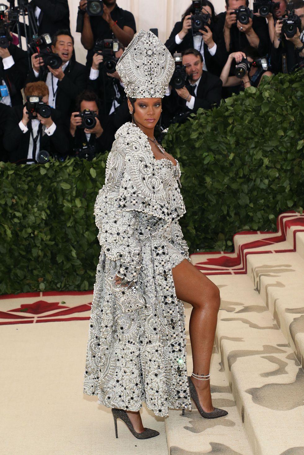 10 sự kiện thời trang đáng nhớ nhất 2018: từ thảm đỏ Quả Cầu Vàng nhuốm sắc đen đến show diễn nội y có cả người mẫu chuẩn bị chuyển dạ của Rihanna - Ảnh 4.