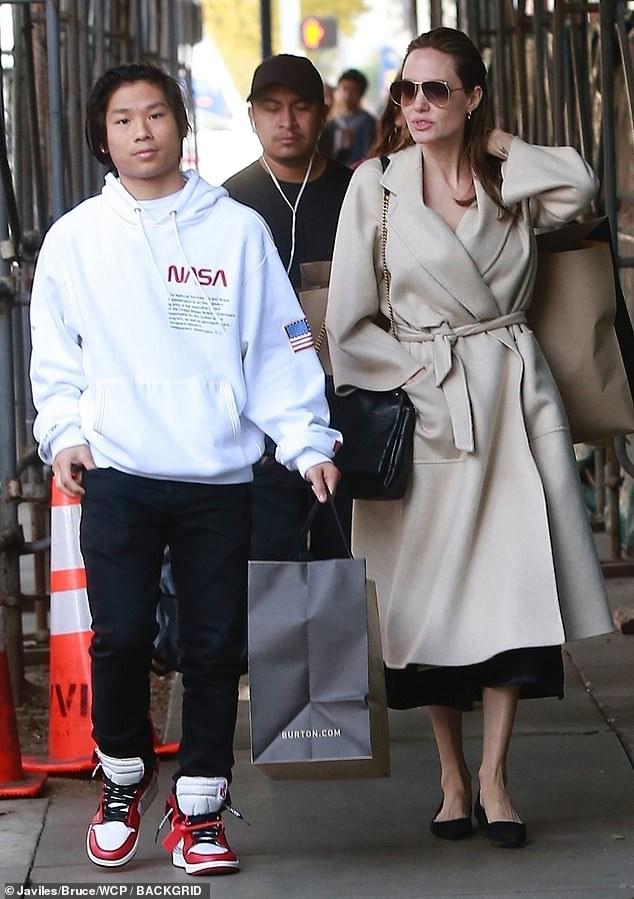 Pax Thiên cao lớn chững chạc trên phố, lần đầu xuất hiện sau tin đồn bị Brad Pitt từ chối nhận nuôi - Ảnh 2.