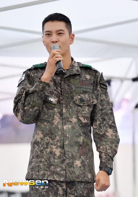 Ai ngờ nhập ngũ là thước đo nhan sắc chuẩn nhất của các nam thần Kbiz: Hyun Bin, Ji Chang Wook gây sốc vì mặt mộc - Ảnh 19.