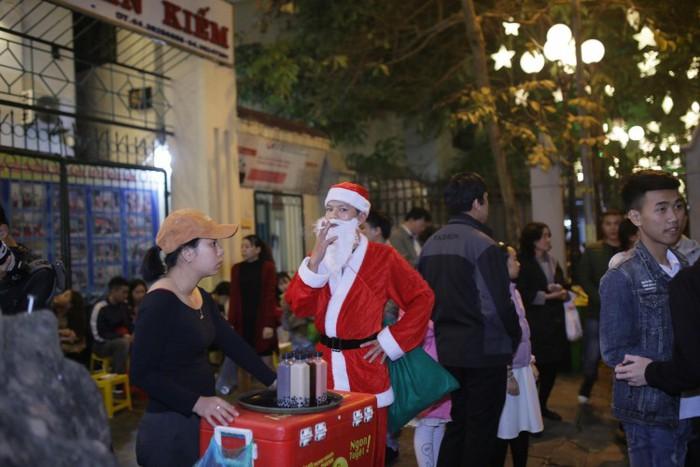 Người dân Hà Nội, Sài Gòn nô nức đội tuần lộc, khoác áo ông già Noel tràn ra đường mừng sinh nhật Chúa
