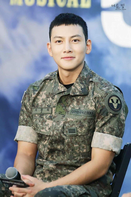 Ai ngờ nhập ngũ là thước đo nhan sắc chuẩn nhất của các nam thần Kbiz: Hyun Bin, Ji Chang Wook gây sốc vì mặt mộc - Ảnh 4.