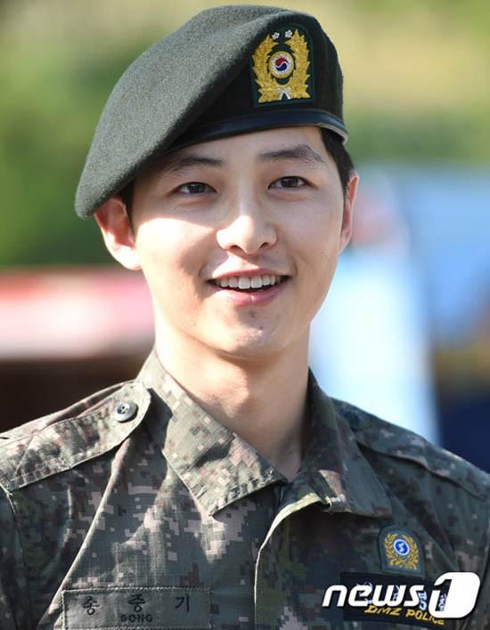 Ai ngờ nhập ngũ là thước đo nhan sắc chuẩn nhất của các nam thần Kbiz: Hyun Bin, Ji Chang Wook gây sốc vì mặt mộc - Ảnh 1.