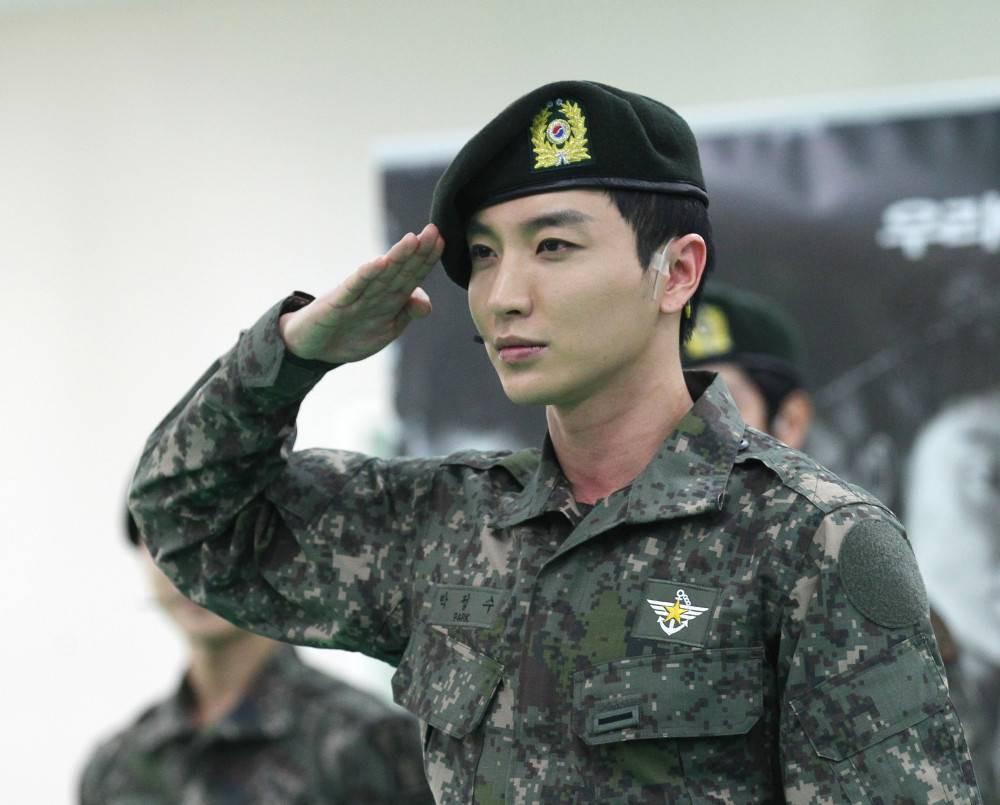 Ai ngờ nhập ngũ là thước đo nhan sắc chuẩn nhất của các nam thần Kbiz: Hyun Bin, Ji Chang Wook gây sốc vì mặt mộc - Ảnh 24.
