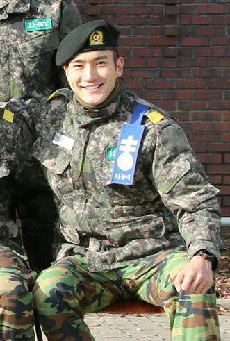 Ai ngờ nhập ngũ là thước đo nhan sắc chuẩn nhất của các nam thần Kbiz: Hyun Bin, Ji Chang Wook gây sốc vì mặt mộc - Ảnh 23.